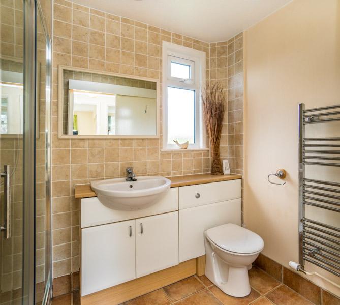 Monkton-Wyld-Holiday-Bungalow-Charmouth-Lyme-Regis-Bathroom-2