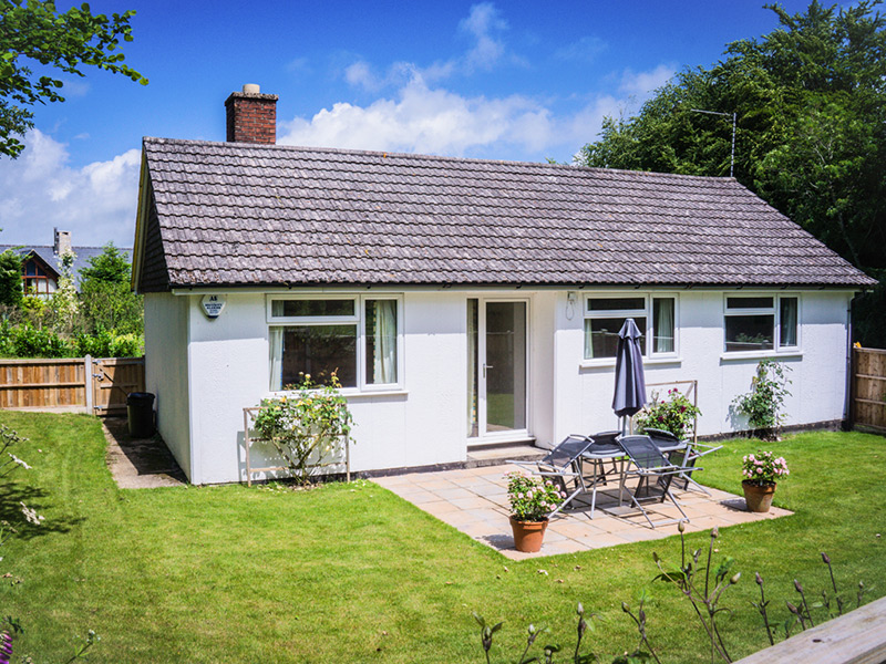 Monkton-Wyld-Holiday-Bungalow-Charmouth-Lyme-Regis-Bathroom-Rear-Garden
